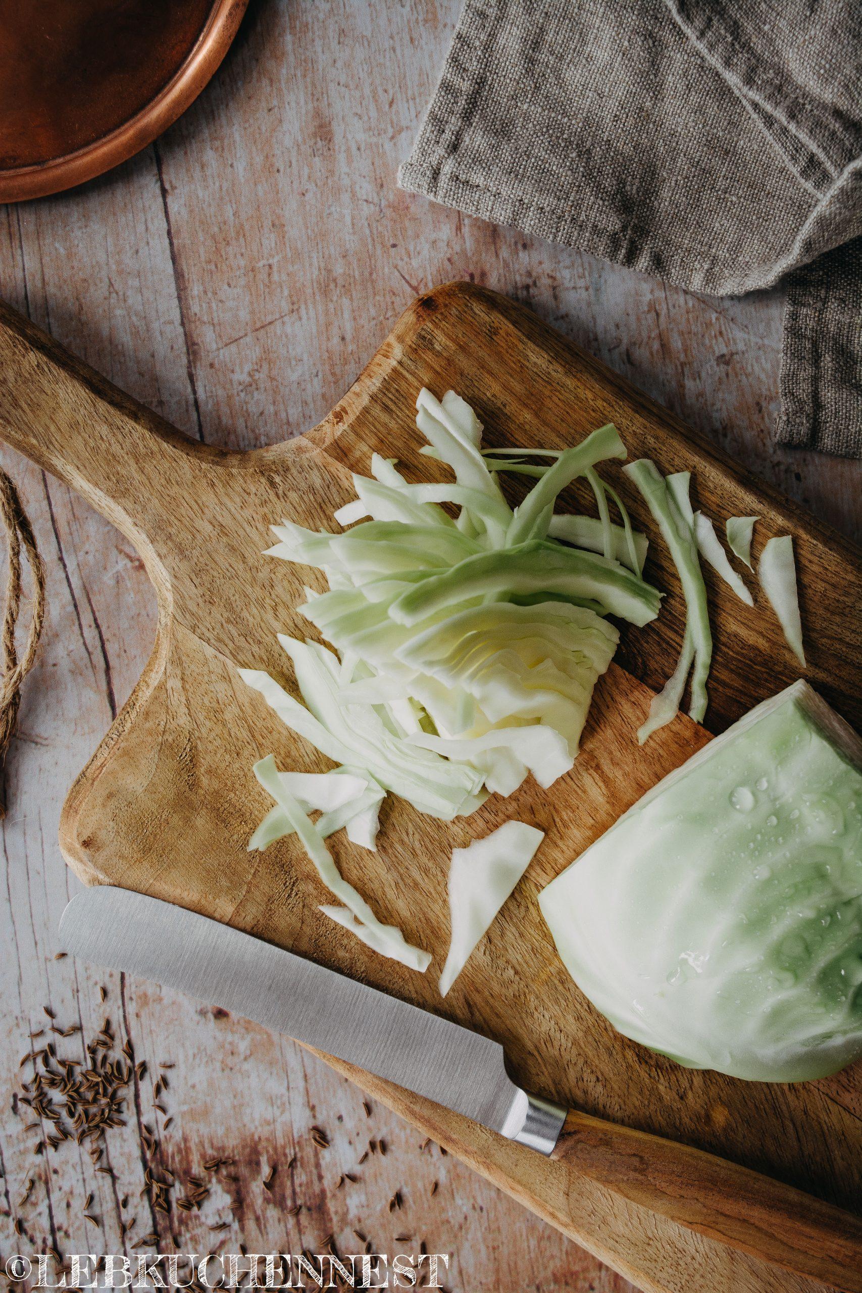 Weißkohl schneiden für Sauerkraut