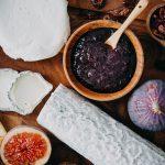 Käseplatte aus Ziegenkäse mit Balsamico-Marmelade