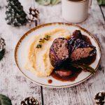 Rotkohlrouladen aus der Adventsküche mit Kräuterpolenta und Bratensauce