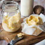 Selbstgemachte Butter aus frischer Sahne