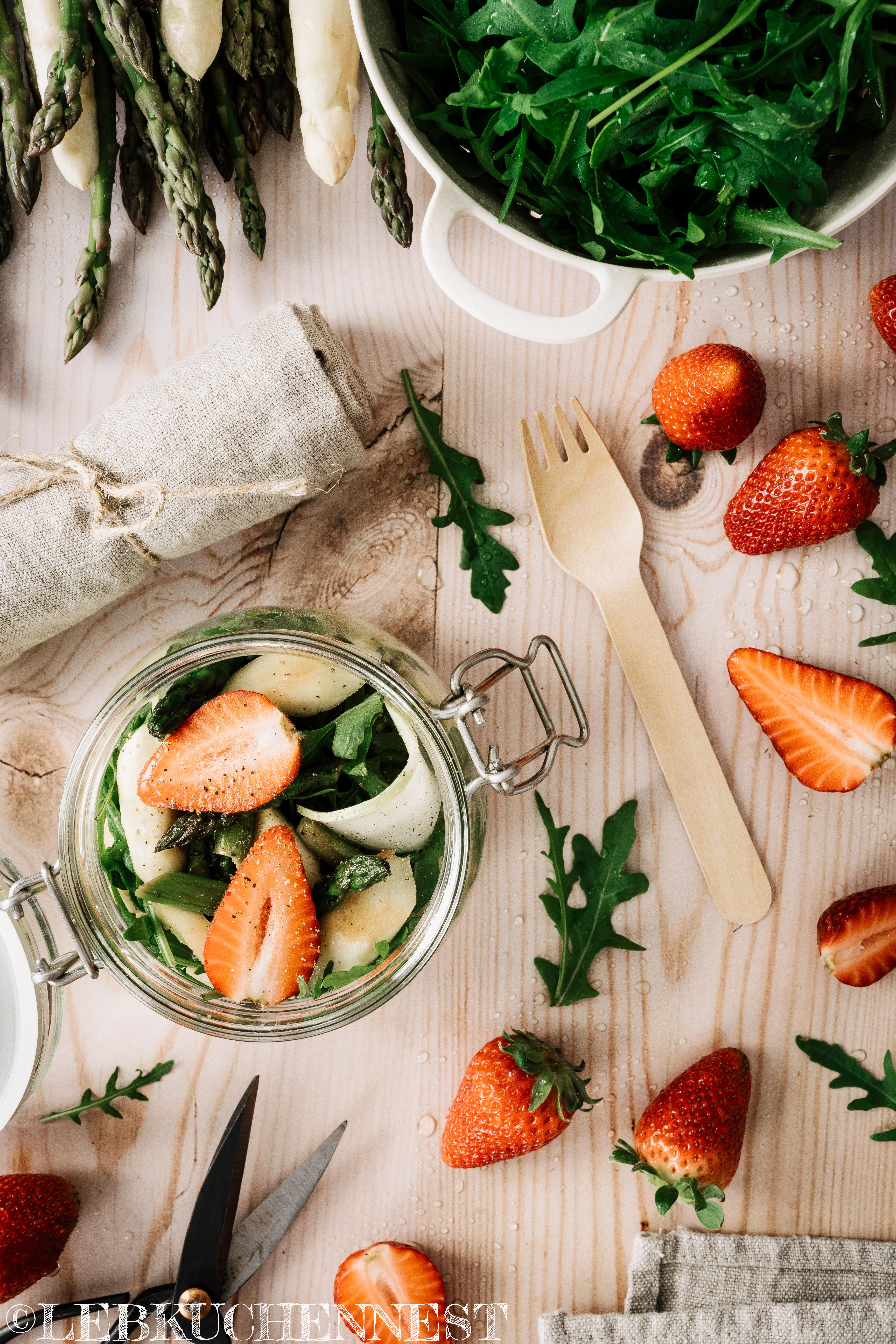 Hirsesalat für unterwegs mit Spargel, Kohlrabi, Erdbeeren