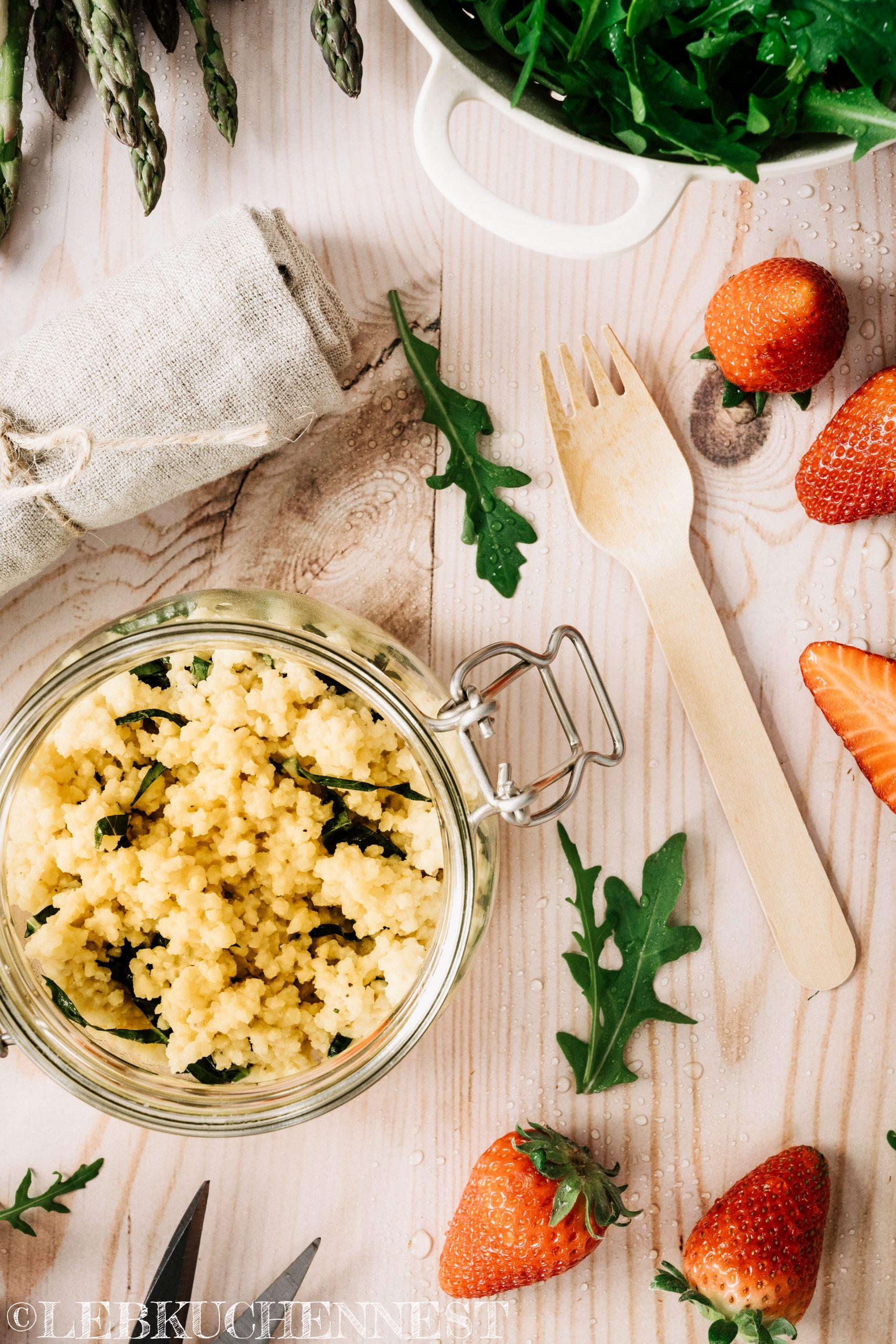 Hirsesalat mit grünem und weißen Spargel