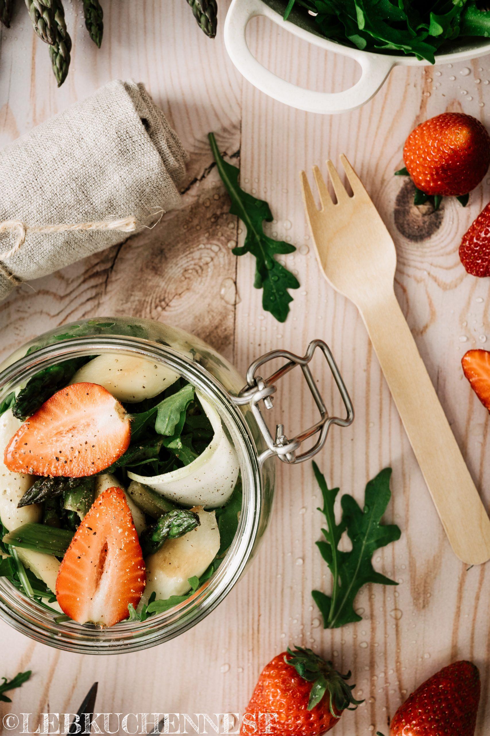 Hirsesalat für unterwegs mit Spargel, Kohlrabi, Erdbeeren - Detail