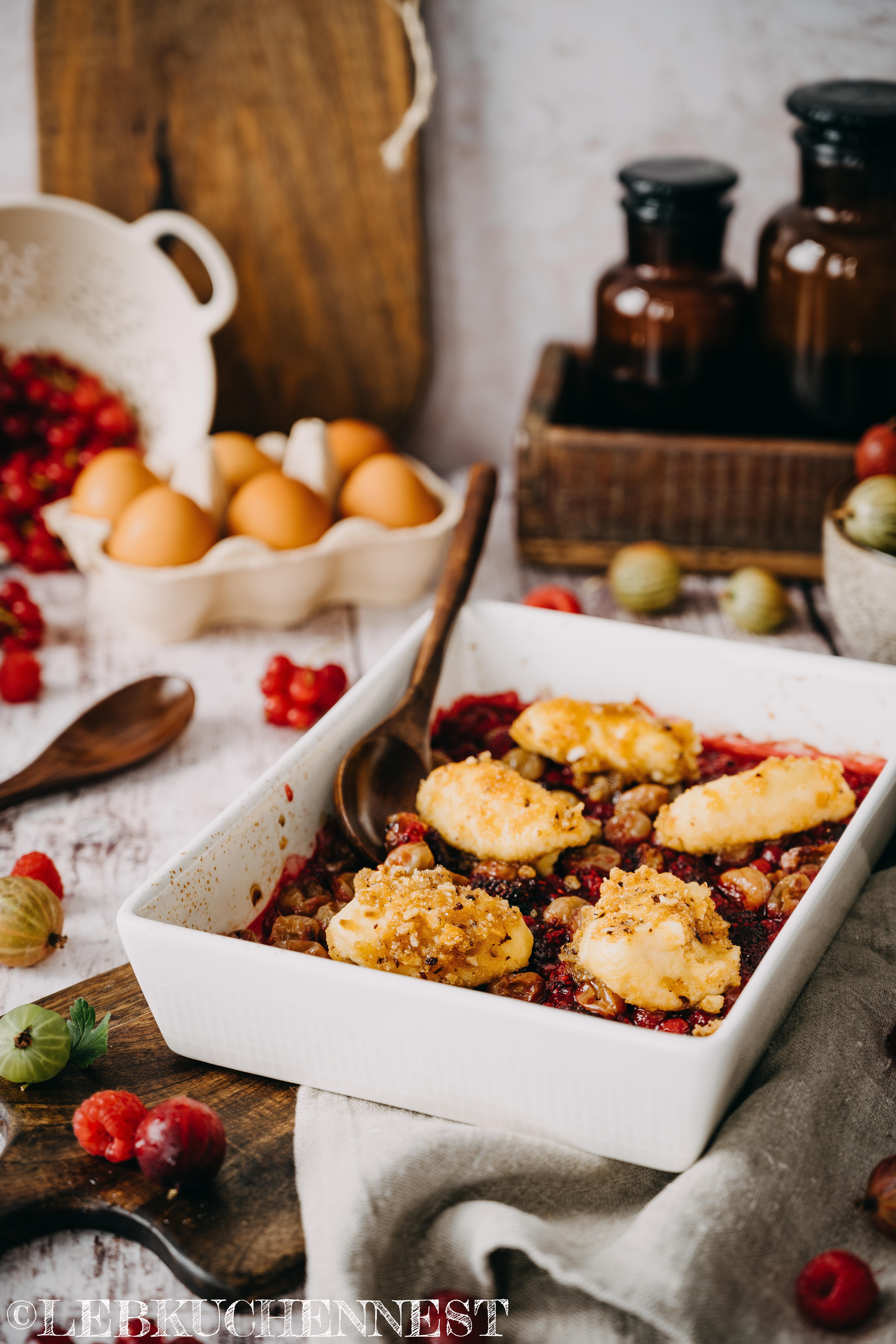 Gebackene Beeren mit Quarkklößchen frisch aus dem Ofen