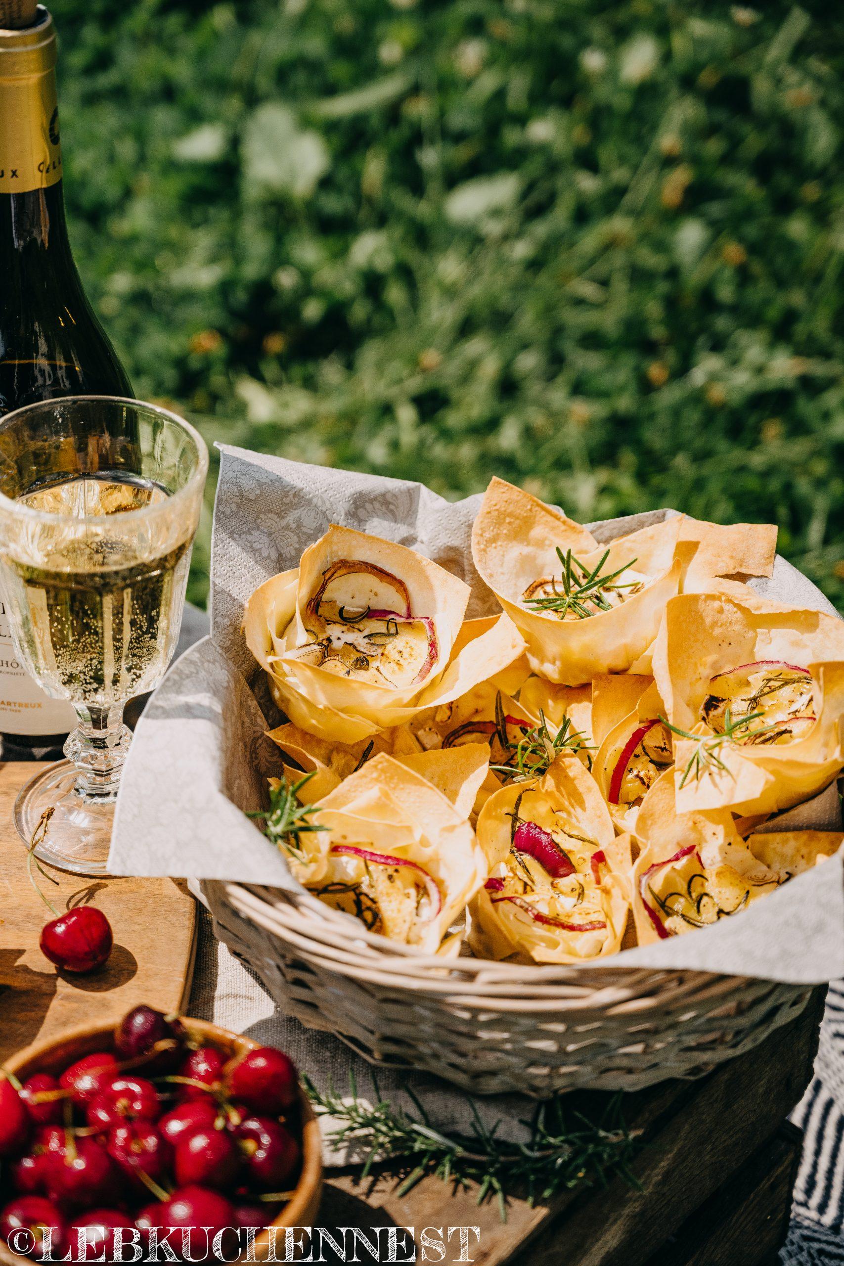 Picknick mit Briekörbchen und Kirschchutney